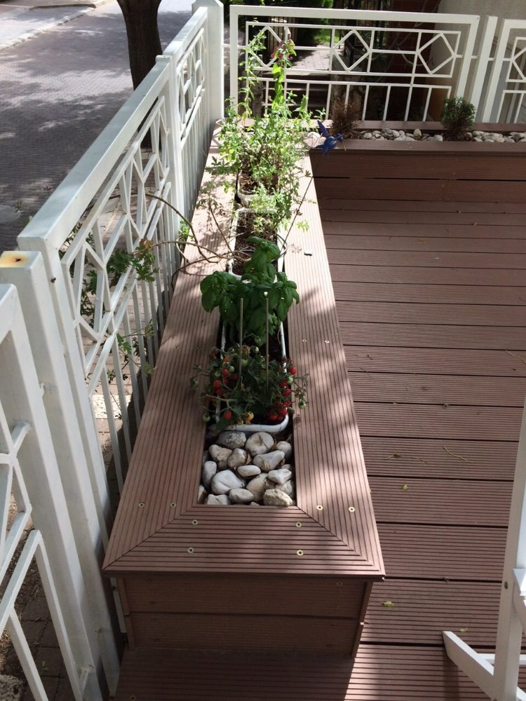 דק סינטטי לגינה - אדניות עץ