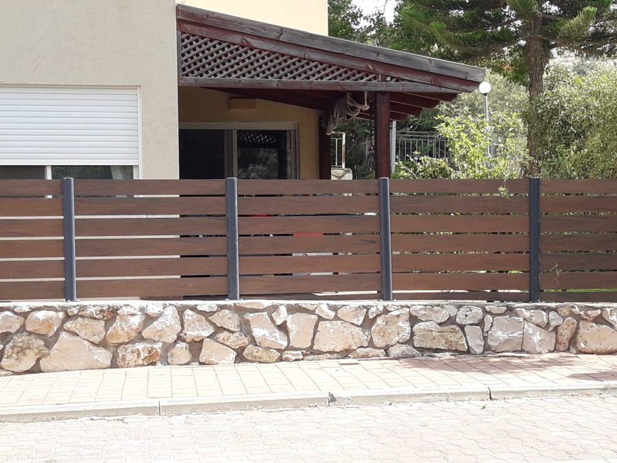 התקנת גדר מדק סינטטי חום איפאה