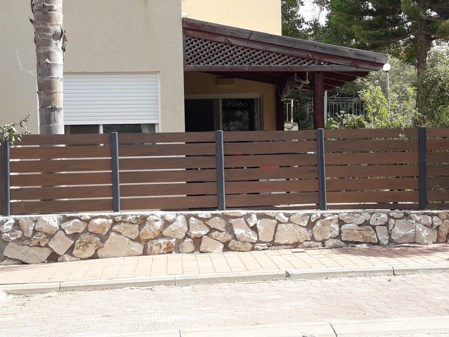 התקנת התקנת גדר מדק סינטטי חום איפאה בכפר ורדים