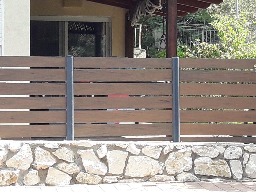 התקנת גדר מדק סינטטי חום איפאה בשיטת DIY