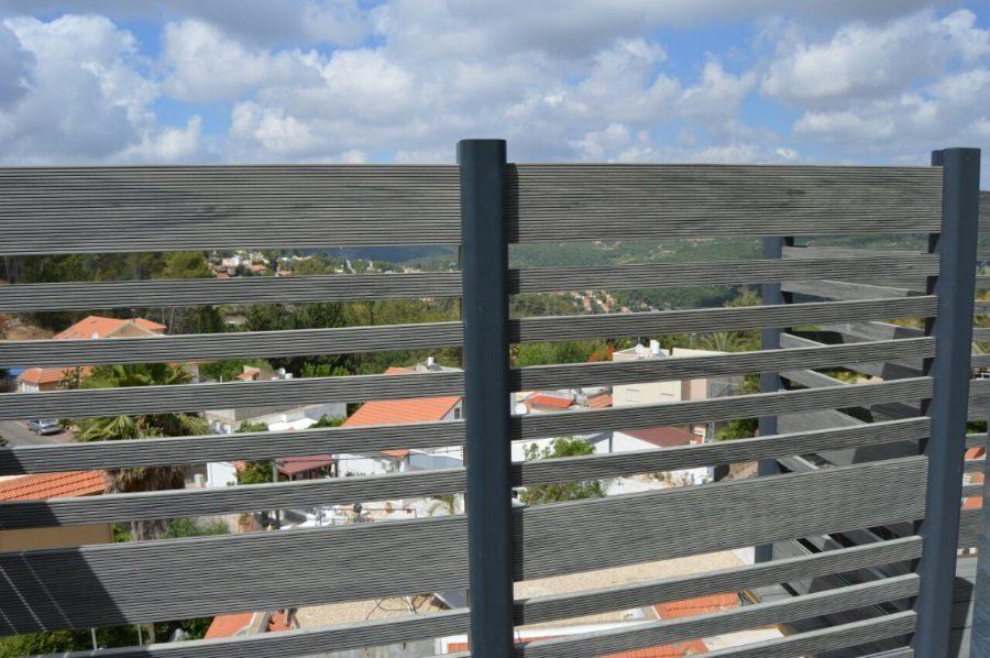 התקנת גדר דק סינטטי מעוצבת עשויה דק