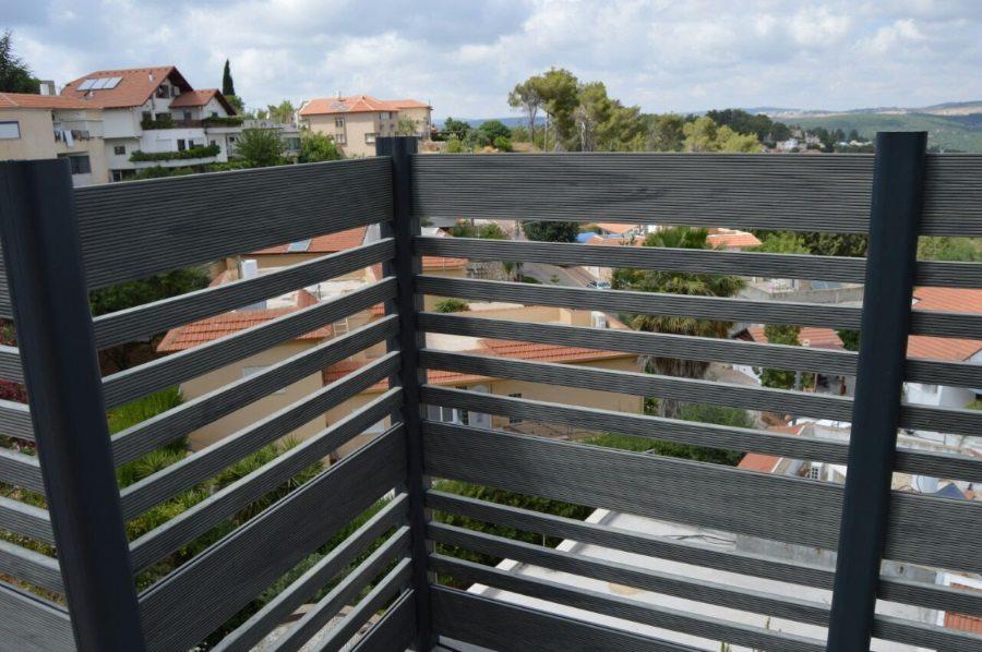 גדר דק דק סינטטי למרפסת בבית אדריכלית