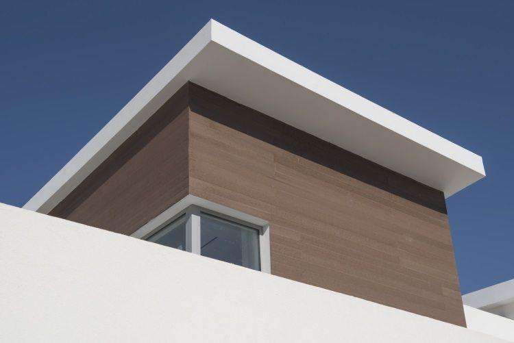 חיפוי חיפוי דק סינטטי לקיר חיצוני בקיבוץ געתון דמוי עץ לקיר חיצוני