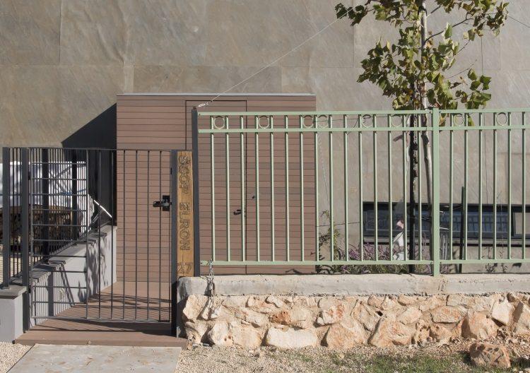 חיפוי דק סינטטי פולימרי דמוי עץ לקיר חיצוני ומדרגות בכמון