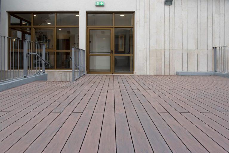 אוניברסיטת בר אילן- דק סינטטי בצבע חום איפאה