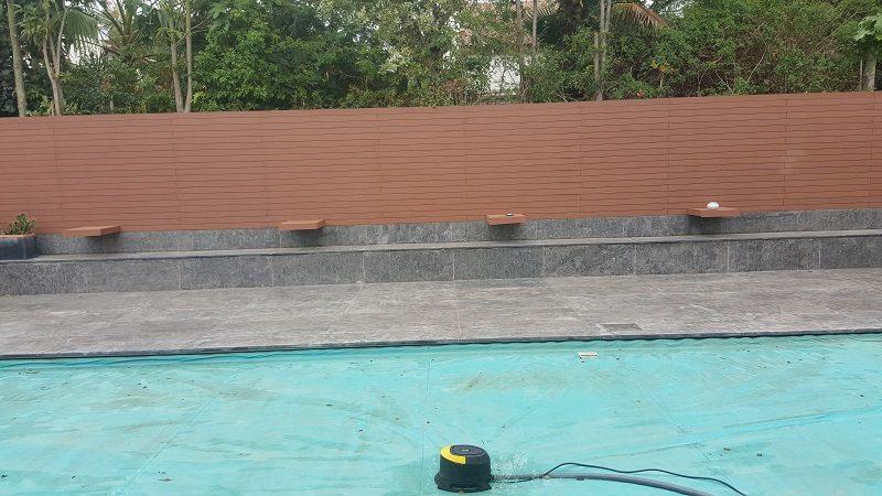 גדר דמוי עץ בצבע חום דובדבן
