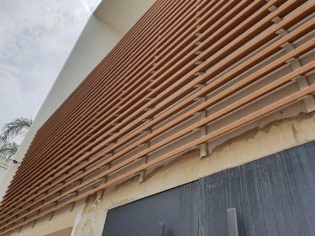 חיפוי בניין עם לוחות עץ של בול דק
